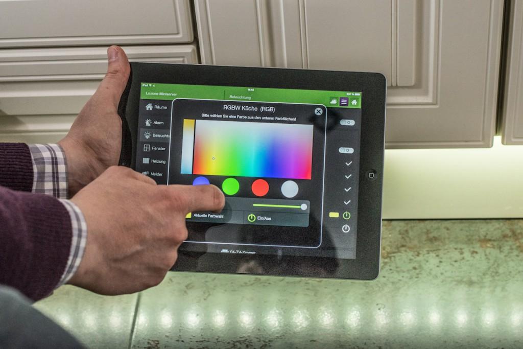 Über das iPad kann in der Küche und im Esszimmer Farbe in die Beleuchtung gebracht werden. Hierzu werden Licht-Szenen über die Loxone-App definiert.