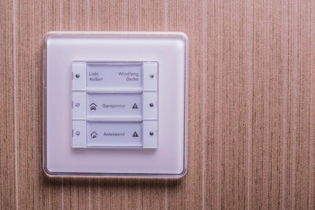 Das Haus lässt sich sowohl über ein Smartphone oder Tablet als auch über frei konfigurierbare Taster steuern.