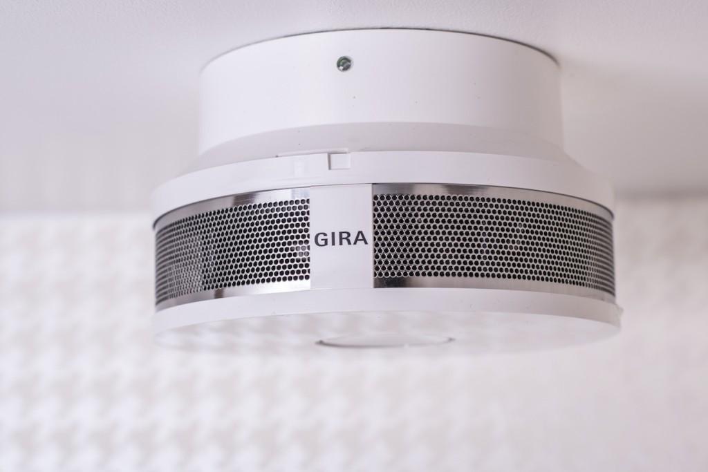 Die voll ins Loxone System integrierten GIRA Dual/VdS Rauchmelder sind mit optischen und thermischen  Erkennungsverfahren ausgestattet.