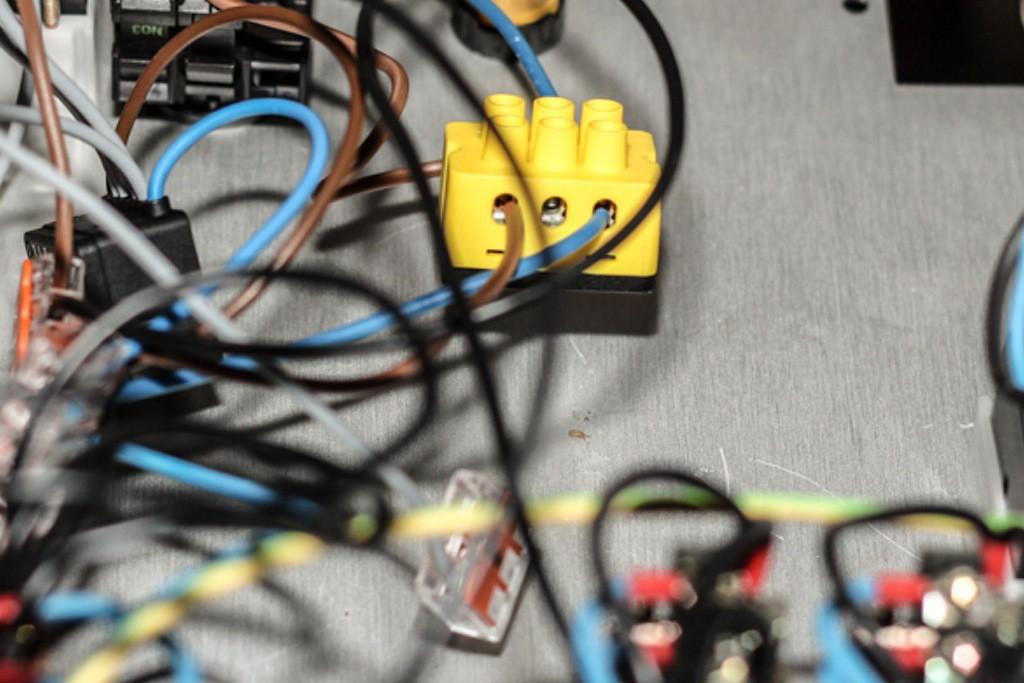Die kleine, gelben Digitalstrom Klemmen sind Schalter, Dimmer, Strommesser, Rechner, Datenspeicher und Netzwerkadapter zugleich.